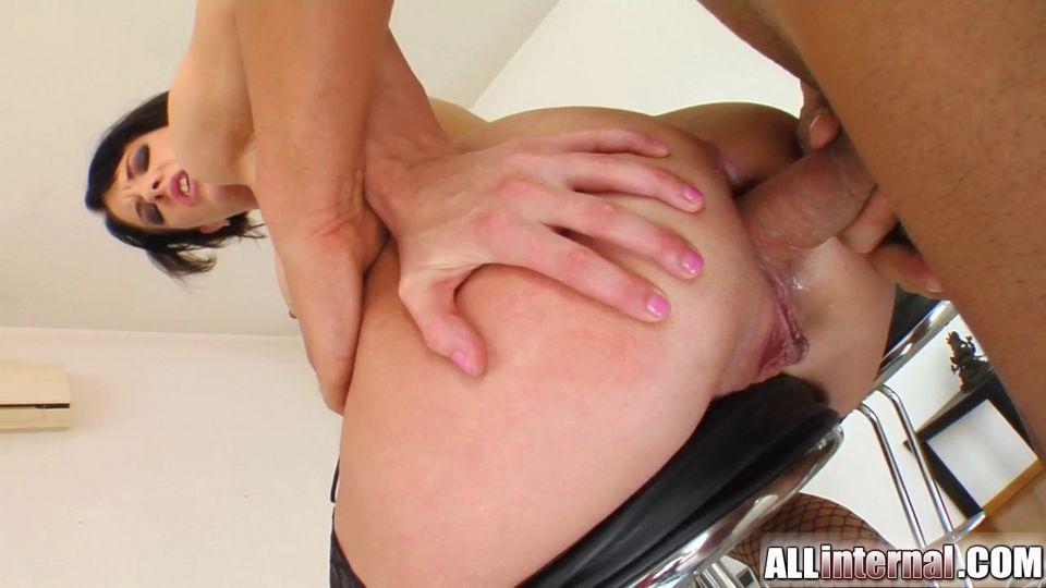 Sexo anal duro y creampie con chica en medias negras sentada