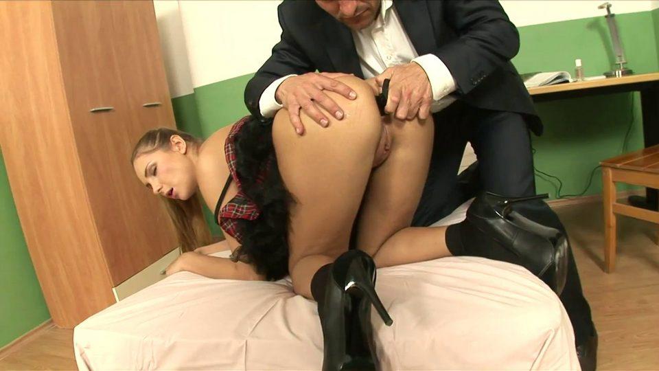Chica gótica castigada con dildo anal y sexo