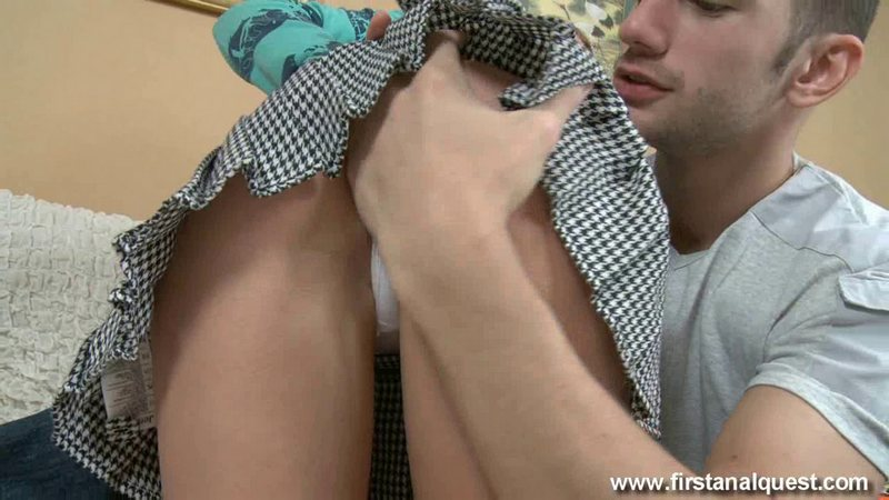 Cogiendo el joven culo de la rubia en minifalda