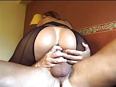 MILF teniendo sexo anal duro con un viejo