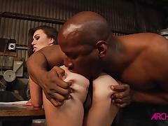 Tiffany Doll recibe un duro anal de un pollon negro