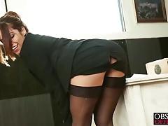 Secretaria seductora folla con el repartidor de paquetes
