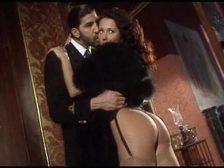 Teniendo anal con amante delante de su marido viejo
