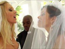 Lesbianas recién casadas hacen un trió anal con el cura negro