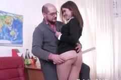 Profesor follando con su hermosa alumna en la oficina
