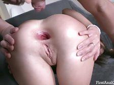 Abriendo el hermoso culo de una zorra joven