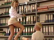 Chica en minifalda la follan por provocar en la escalera