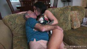 Chica caliente de 20 años besando con lengua a anciano de 90