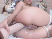 Hermosa puta masturbando su culo con un consolador gigante y leche